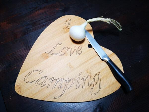 Schneidebrett in Herzform aus Bambus - I Love Camping Übersicht