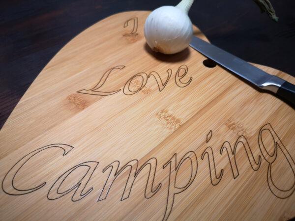 Schneidebrett in Herzform aus Bambus - I Love Camping Detail